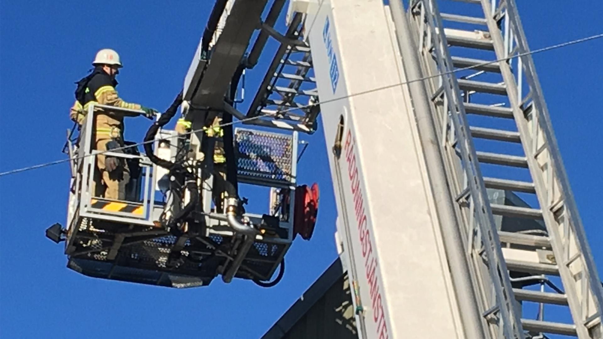 Tre till sjukhus efter brand i nora