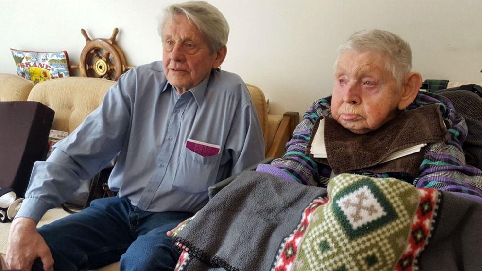 Ernst Dahl, till vänster, är upprörd över att hans bror Bengt tvingas frysa i sin lägenhet.