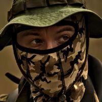 En av de kamouflageklädda männen som spanar vid turkiska gränsen.