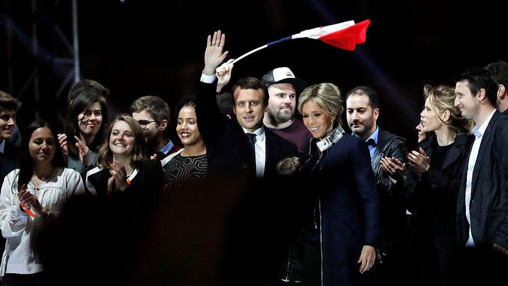 Emmanuel Macron vinkar till ett folkhav.