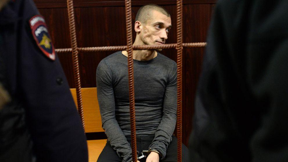 Pjotr Pavlenskij inför rättegången 2016, efter att konstnären satt eld på entrén till ryska säkerhetstjänstens högkvarter i Moskva.