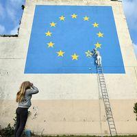 Den brittiske gatukonstnären Banksy gör ett inlägg i brexitdebatten på en husvägg i Dover.