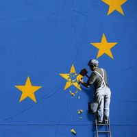 Den brittiske gatukonstnären Banksy gör ett inlägg i brexitdebatten på en husvägg i Dover föreställande en arbetare som knackar bort den brittiska stjärnan från EU-flaggan.