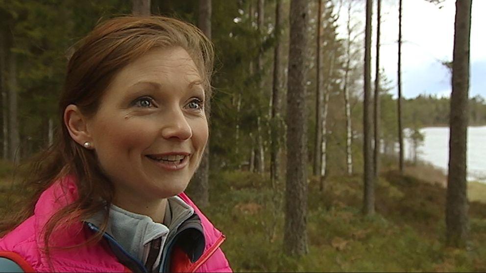kvinna i tallskog med mörkrosa täckjacksväst