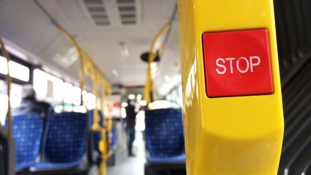 Närbild på stoppknapp på buss