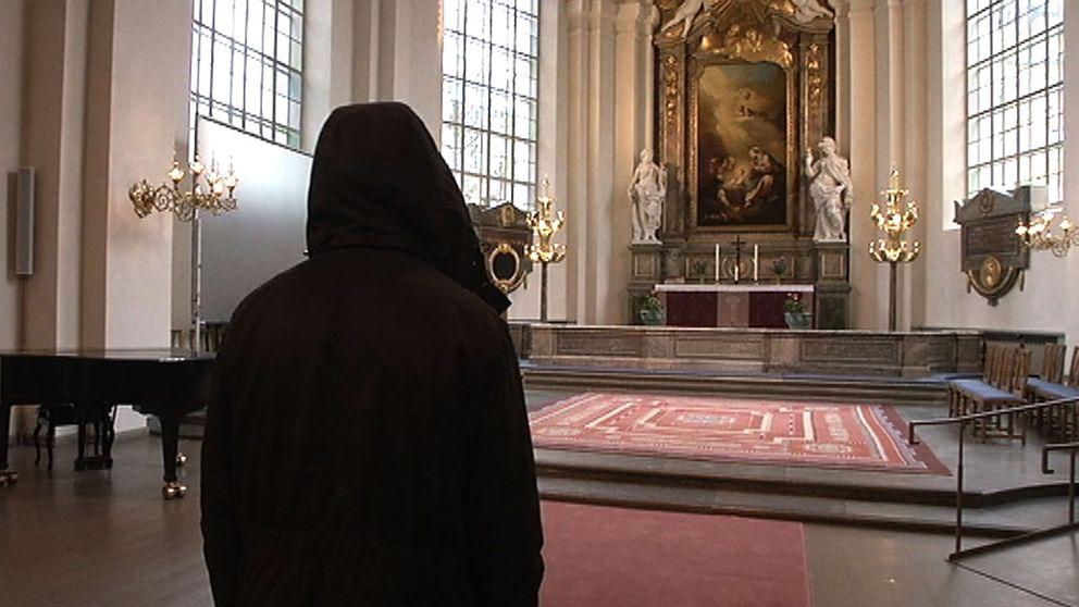 En person som står i en kyrka