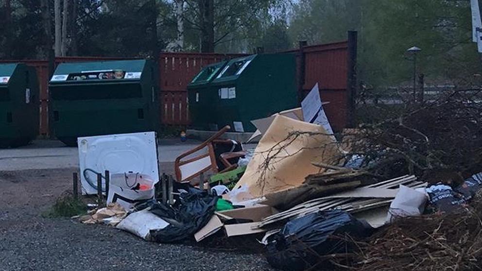 Sopor utanför återvinningscontainrar