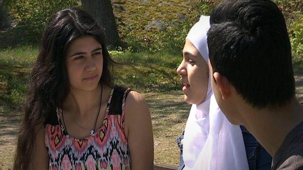 Saly, Hala och Khaled är kritiska till rektorernas beslut.