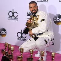 Drake tillsammans med sina 13 priser från Billboard Music Awards.