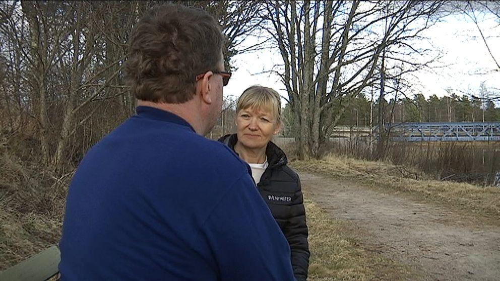 en man ses bakifrån, och SVT:s reporter