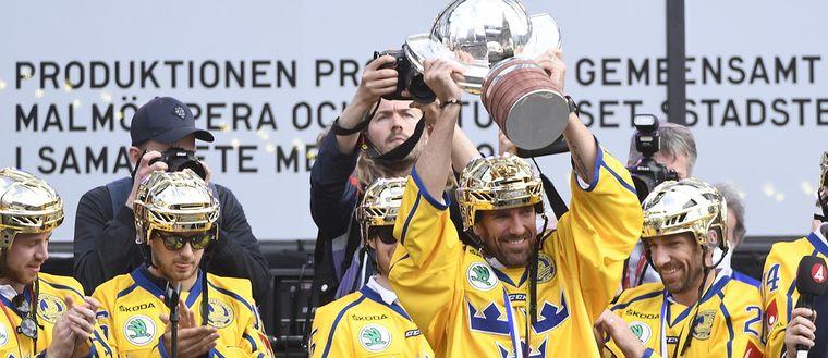 Tre Kronors målvakt Henrik Lundqvist lyfter VM pokalen på Sergels torg i Stockholm där landslaget hyllades av stora folkmassor.