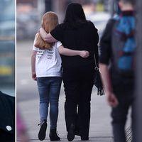 En flicka och en kvinna i närheten av Manchester Arena dagen efter attacken då över tjugo människor dog.