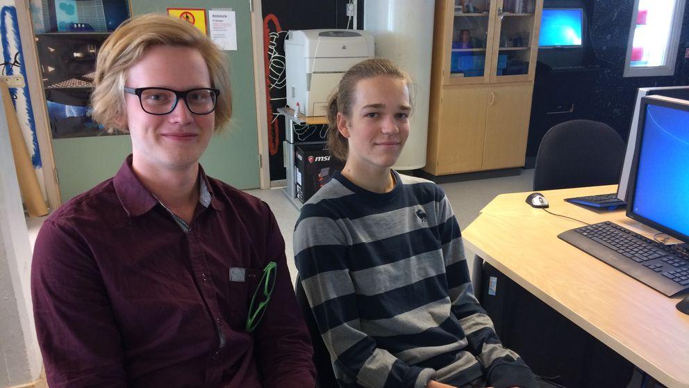 De två eleverna sitter i en datasal på skolan