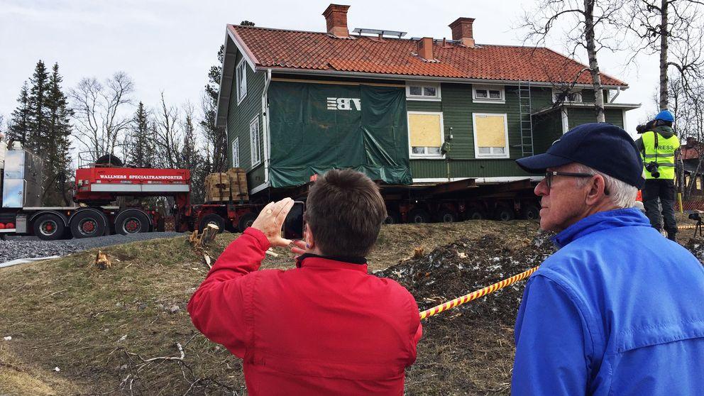 Ett äldre par står och tittar på när ett hus flyttas i Kiruna.