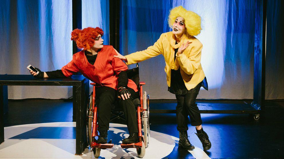 Karaktärern mamma Ana spelad av Linnea Sundblom och karaktären Lotta spelad av Joanna Dahlgren. Mamman lutar sig över ett bord och blickar mot Lotta som tröstar mamman.