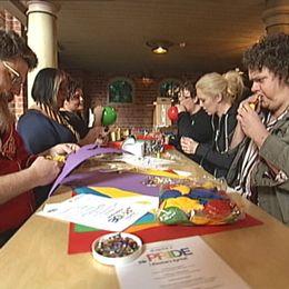 Klosters Kyrka i Eskilstuna, hbtq-personer som pyntar inför Pridefirandet.