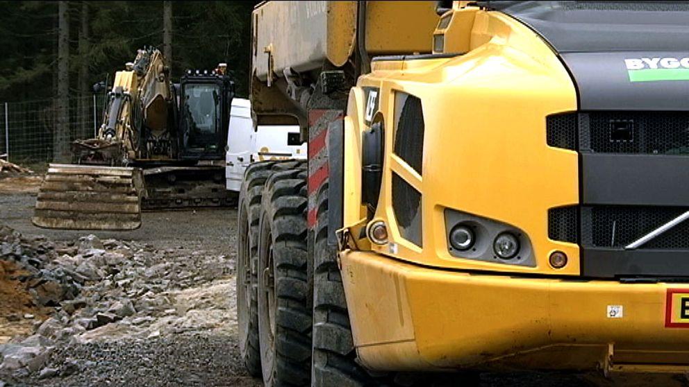 Grävmaskin och dumper vid vägbygge