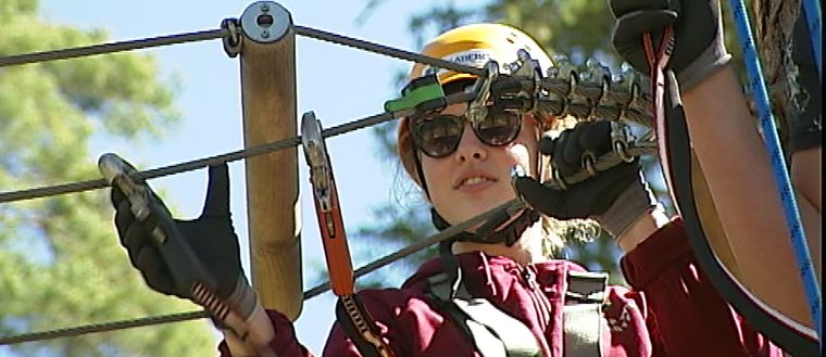 tjej med klätterutrustning