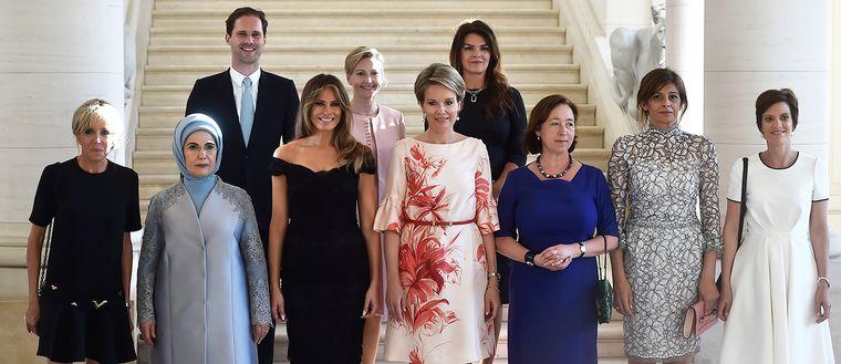 Med på bilden, från vänster: Brigitte Trogneux (Frankrike), Emine Erdogan (Turkiet),  Gauthier Destenay (Luxenburg), Melania Trump (USA), Mojca Stropnik (Slovenien), Drottning Mathilde (Belgien), Thora Margret Baldvinsdottir (Island), Ingrid Schulerud-Stoltenberg (Norge), Desislava Radeva (Bulgarien) och Amelie Derbaudrenghien (Belgien).