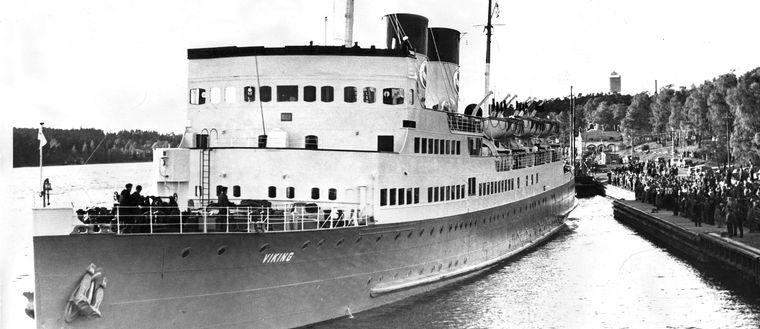 """Bilfärjan """"Viking"""" lämnar Mariehamn 1959."""