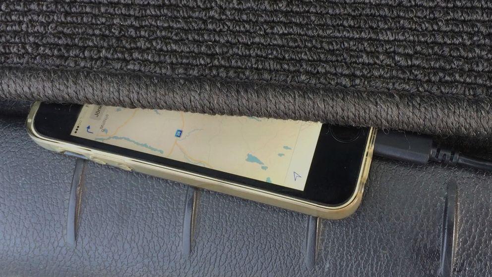 mobiltelefon gömd i bil