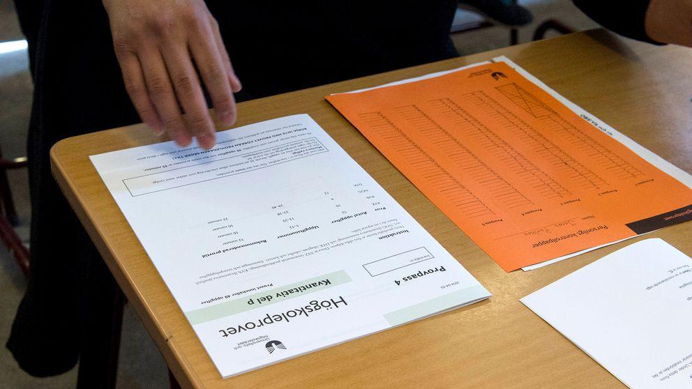 Ett exemplar av högskoleprovet ligger på ett bord.