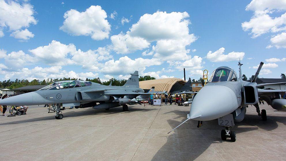 Ett JAS 39 C Gripen (och ett JAS 39 D Gripen till vänster) utställda vid flygdagen på flygflottiljen F17 i Kallinge.