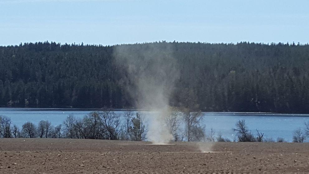 Stoftvrivel på en torr åker vid sjön Liljan i Dalarna den 5 maj.