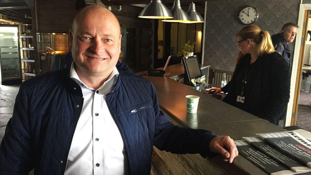 Peter Aasa står framför en receptionsdisk.