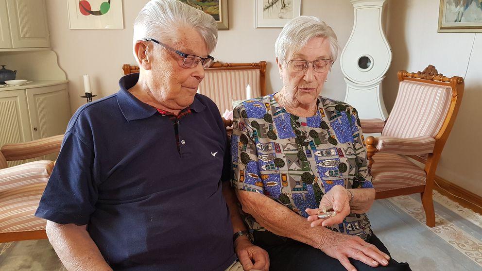 Roland och Inger Rudén fick betala en rejäl summa när de skulle justera sina hörapparater.