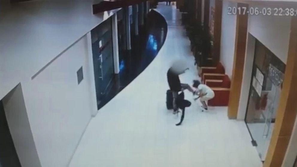 Övervakningsfilmer visar hur mannen sparkar hotellstäderskan i huvudet