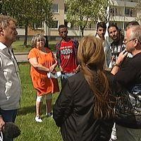 Delar av personalen på Kunskapsljuset möter SVT:s reportageteam
