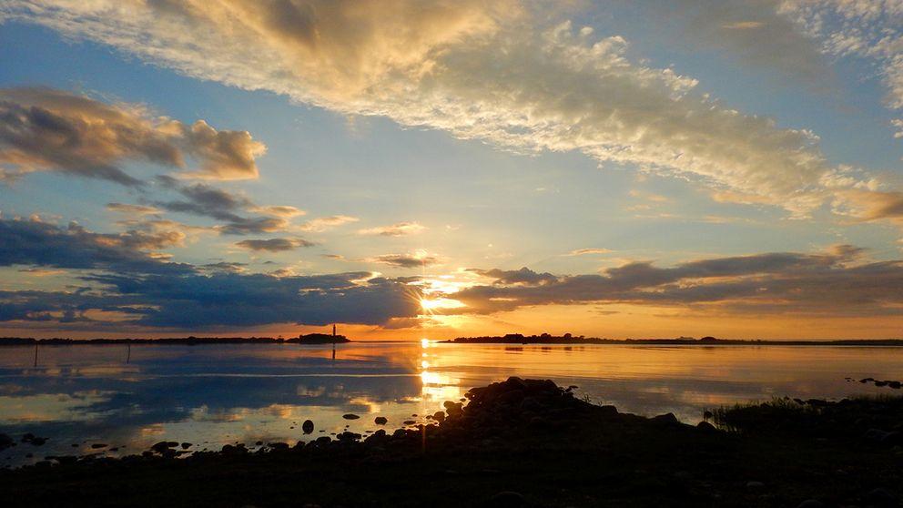 """""""Med tårar i ögonen blev jag helt utom mig när jag fick beskåda denna helt fantastiska solnedgång där ni kan skymta Långe Erik på vänstersida"""". Öland, 10 juni 2017."""