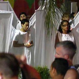 Ettårsmanifestation för offren som dog i nattklubbsmassakern. Personerna är klädda som änglar.