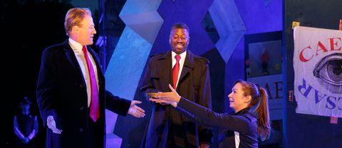Gregg Henry spelar Julius Caesar lite för likt president Trump, tycker Delta Airlines.