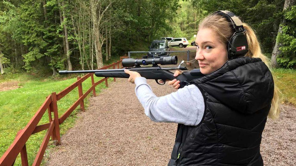 Marie Westman med jaktgevär på skyttebana
