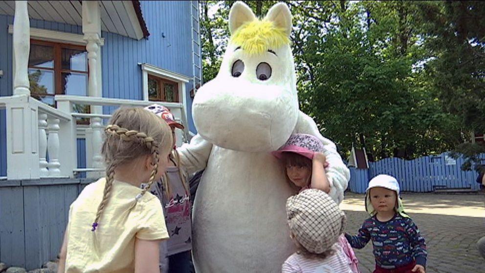 Mumintrollet med barn från parken Nådendal