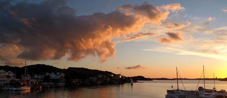 Rönnängs brygga med utsikt över Tjörnekal i Bohuslän på kvällen den 28 juni. Foto Elaine Bergman.