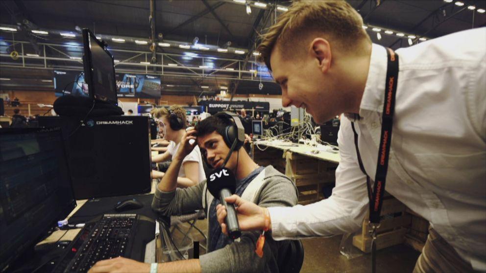 Petter Sjöstrand intervjuar besökare på Dreamhack Summer 2017 i Jönköping.