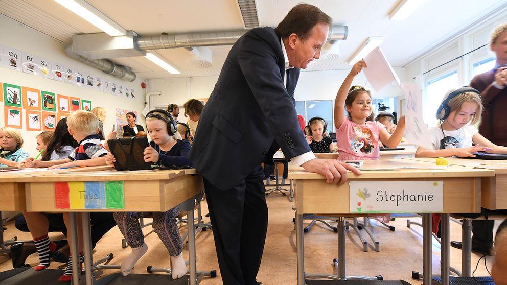 Statsminister Stefan Löfven (S) besökte Uppsalaskola för att se hur välfärdsmiljarderna används. Nu skjuter regeringen till ytterligare 1,5 miljard till skolan.