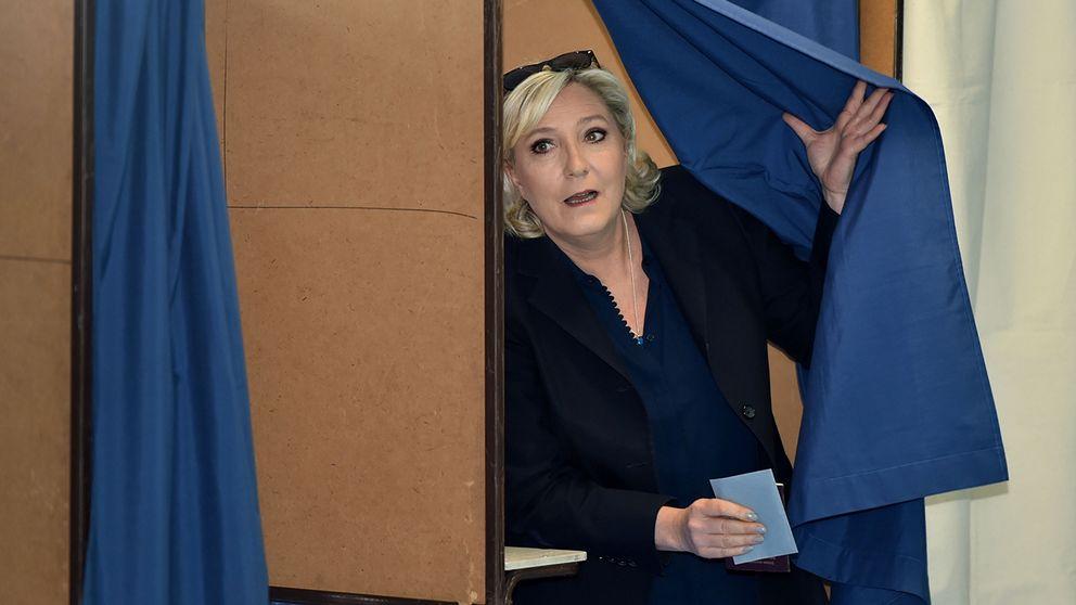 Marine Le Pen tar plats i parlamentet.