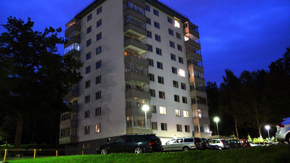 En kvinna kastades ut från femte våningen i bostadskvarteret Skogslyckan i Uddevalla.