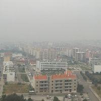 Bild från måndagsmorgonen, rök från skogsbränderna som drar in över Portugals tredje största stad Coimbra. Just nu har röken skingrat sig, men invånarna följer utvecklingen.