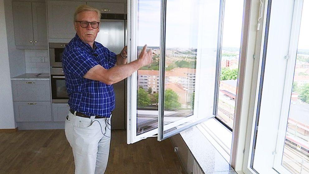 äldre man vid fönster