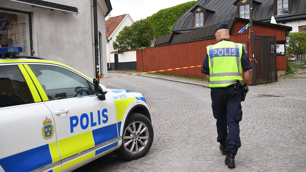 Delar av Södra murgatan i Visby innerstad har spärrats av. Anledningen är att räddningstjänsten har fått larm om ett mystiskt paket .
