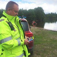 Räddningsledare Joakim Wahlbäck intill sjön där drunkningstillbudet inträffade.