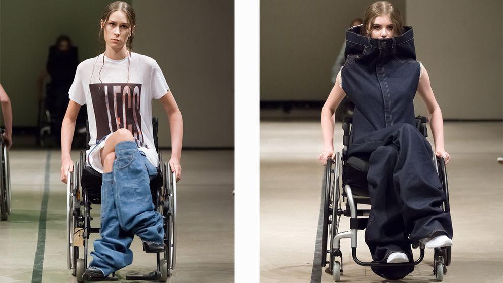 Två modeller sittandes i rullstol visar jeans på catwalken