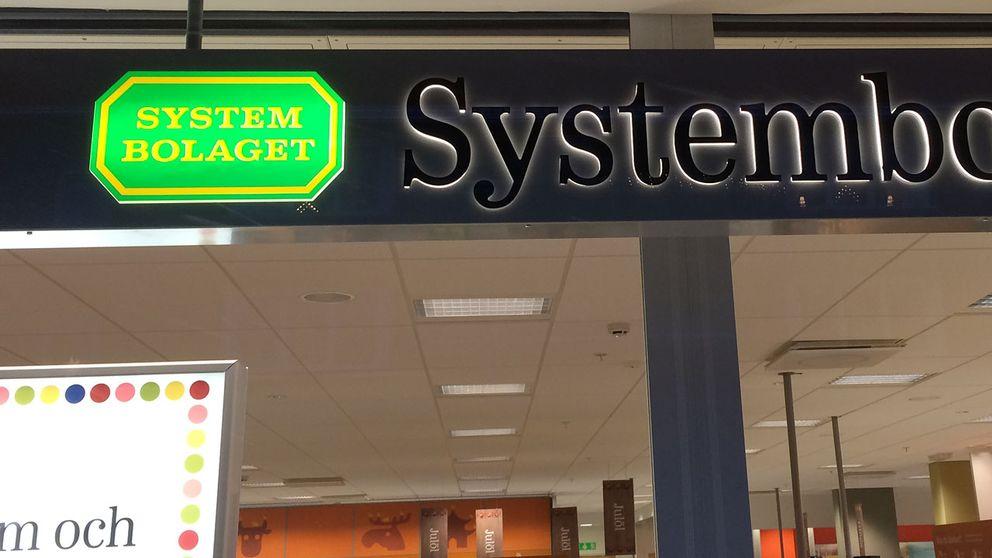 En grön skylt där det står systembolaget.