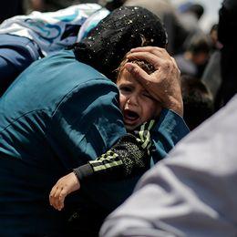 Flyktingar hukar ombord på en färja på floden Tigris i Irak, i maj.