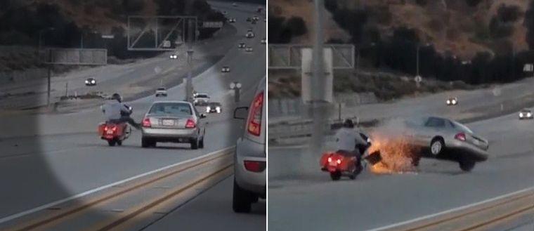 Motorcyklist sparkar på en bil